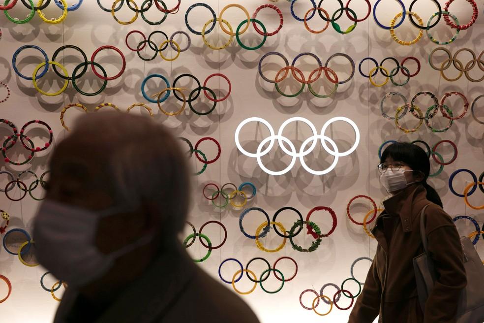 Pessoas com máscaras visitam o Museu Olímpico do Japão inaugurado em Tóquio, no domingo (23)  — Foto: Jae C. Hong/AP