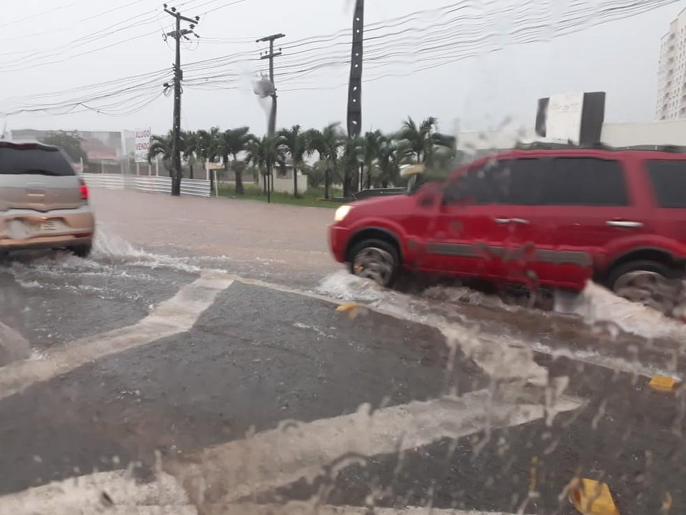 Grande volume de água tomou conta da Avenida Carlos Cunha em São Luís (Foto: João Ricardo/G1)
