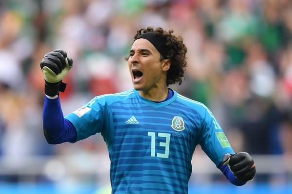 O goleiro mexicano Ochoa celebrando a classificação de sua seleção para as oitavas de final da Copa do Mundo 2018 (Foto: Getty Images)