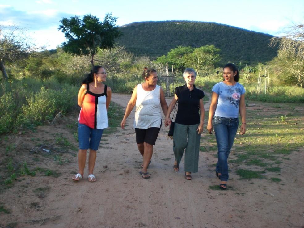 Visita da madre Monique Fourtier, em 2009, às comunidades de Uauá. Jussara Dantas à direta de azul. — Foto: Arquivo Pessoal/Jussara Dantas