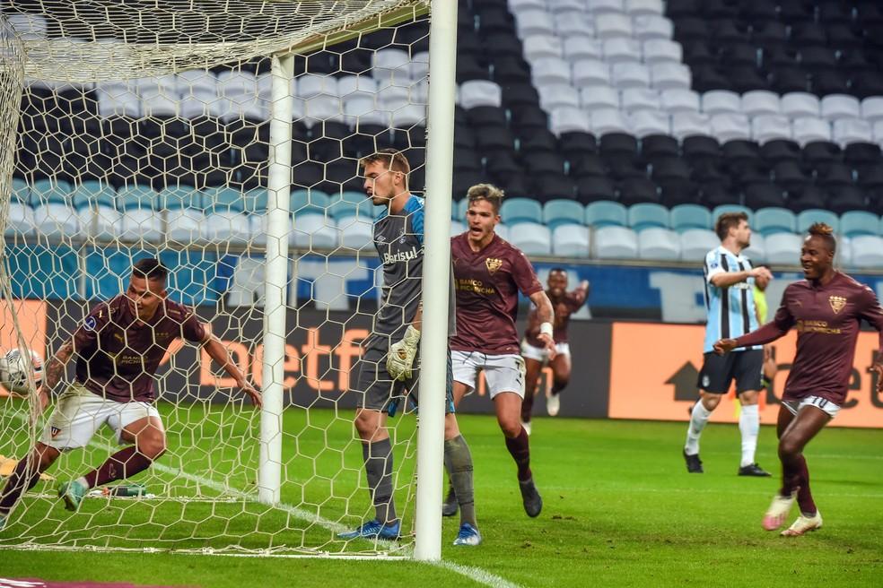 Equatorianos comemoram um dos gols sobre o Grêmio de Gabriel Chapecó — Foto: Staff Images / Conmebol