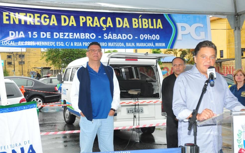 O então prefeito de Praia Grande, Roberto Francisco dos Santos, durante inauguração da praça (Foto: Amauri Pinilha/PMPG)