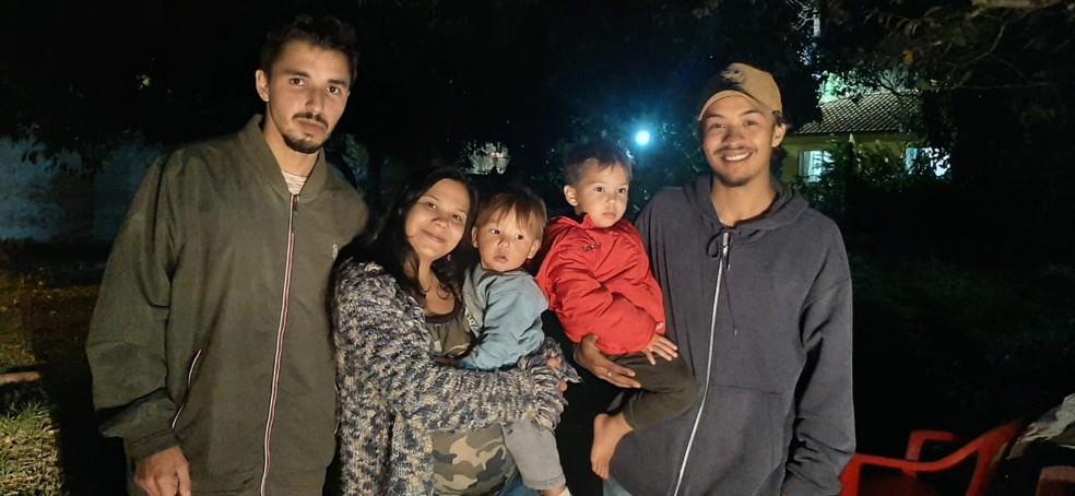 Família de Florianópolis apos resgate de bebê sob escombros de casa atingida por ciclone bomba — Foto: Wenndel Paixão/NSC TV