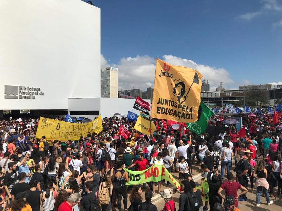 Estudantes, professores e servidores do Distrito Federal se reúnem na Esplanada dos Ministérios em ato contra bloqueio de verbas anunciado pelo governo federal — Foto: Afonso Ferreira/G1