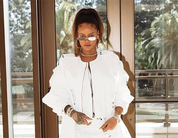 Rihanna com seus óculos finos (e espelhados!) (Foto: Instagram)