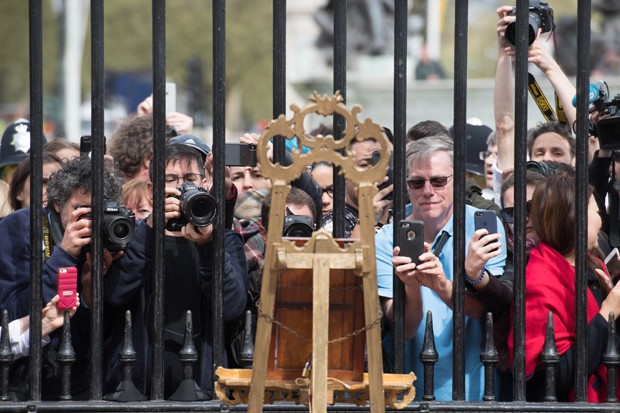 Movimentação em frente ao Buckingham Palace com o anúncio do nascimento do bebê real (Foto: Getty Images)