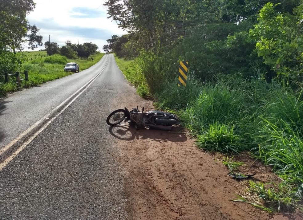 Motocicleta ficou às margens da rodovia que liga de Álvares Florence e Américo de Campos (SP) — Foto: Divulgação/Votunews