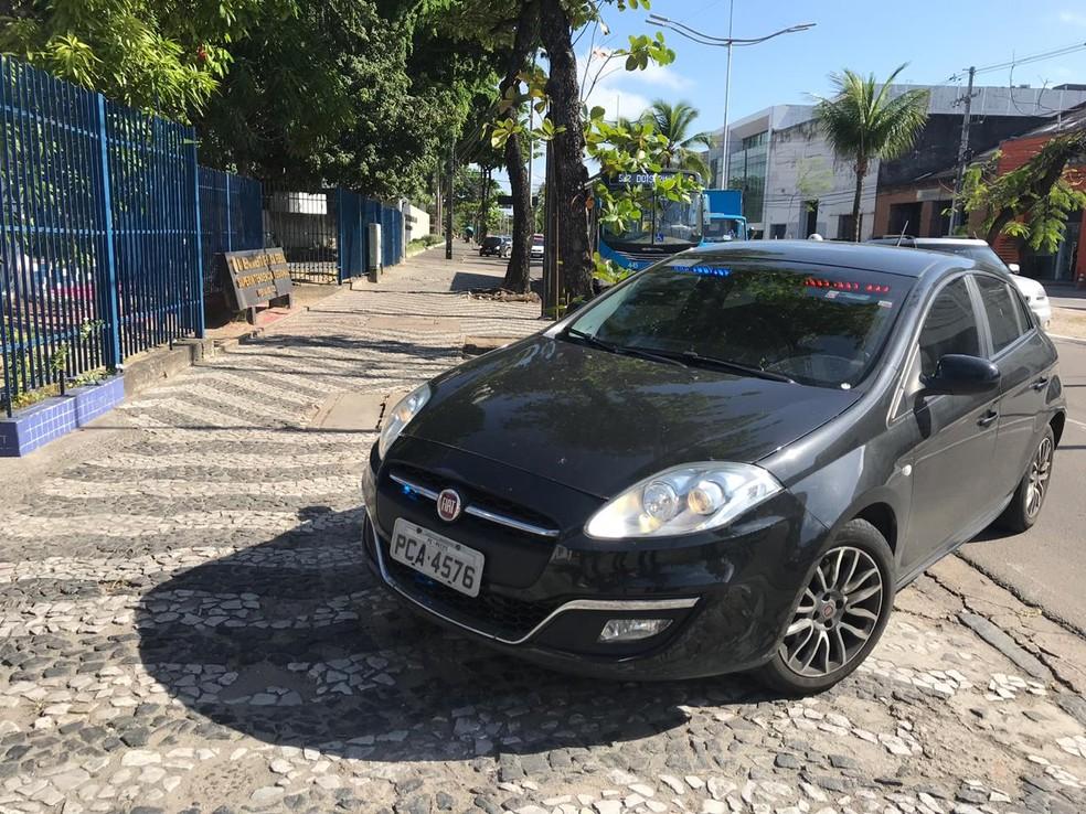 Carro da Polícia Federal chegando à sede durante a Operação Abismo, contra fraude em instituto previdenciário, nesta sexta-feira (19) — Foto: Thamires Oliveira/G1