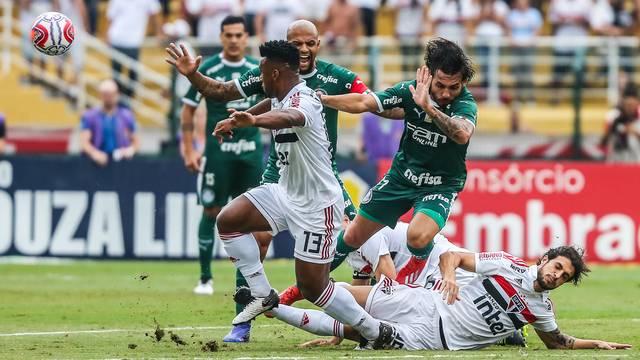 Lance do primeiro tempo entre São Paulo e Palmeiras