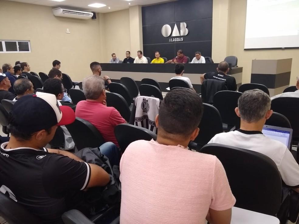 Torcedores acompanharam a reunião na sede da OAB em Arapiraca — Foto: Assessoria/ASA