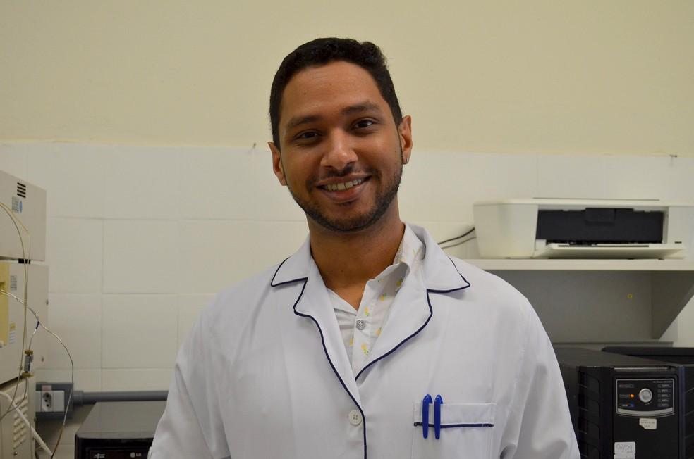 Doutorando da Unesp de Araraquara pesquisa há seis anos moléculas eficientes contra o vírus da hepatite C. — Foto: Geovana Alves/G1