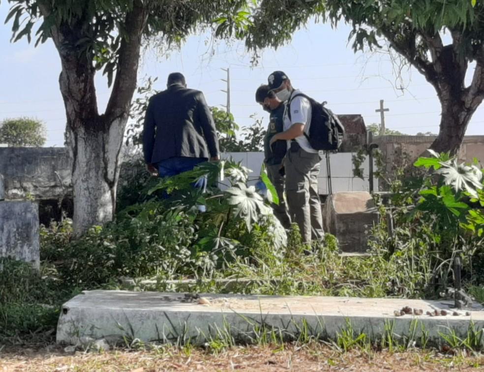 Corpo de Fátima Maria Evangelista dos Santos foi encontrado em um buraco cavado em um cemitério na Estrada da Maioba, em Paço do Lumiar — Foto: Alessandra Rodrigues