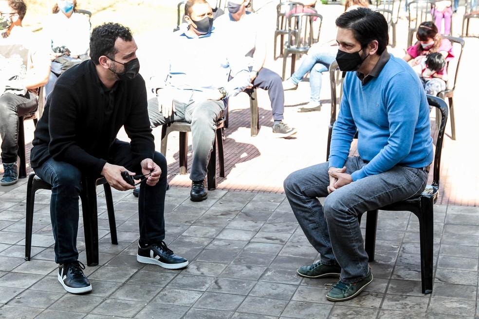 Ale Youssef e Ricardo Nunes conversam durante show da Orquestra Filarmônica Santo Amaro em julho — Foto: Marcelo Pereira/Prefeitura de SP