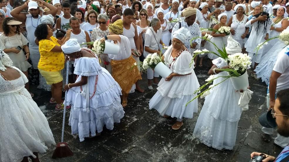 Cerimônia das Águas de Oxalá começa diante da Igreja da Sé, em Olinda (Foto: Wanessa Andrade/GloboNews)