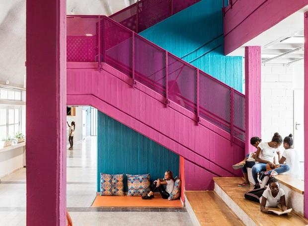 A escada recebeu tinta rosa e os degraus largos das escadas também são arquibancadas (Foto:  Itay Benit/ Dezeen/ Reprodução)