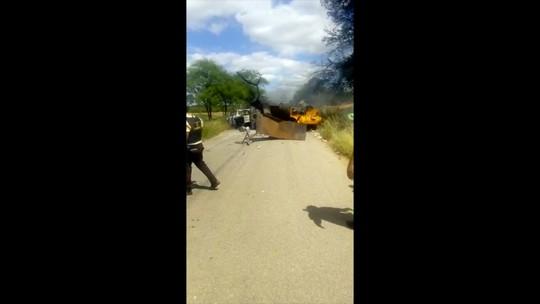 Carro-forte é explodido por criminosos em estrada no interior do RN; vídeo mostra destruição