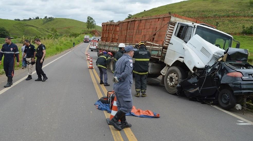 Carro bateu de frente com caminhão na BR-267 em Leopoldina — Foto: O Vigilante Online/Reprodução