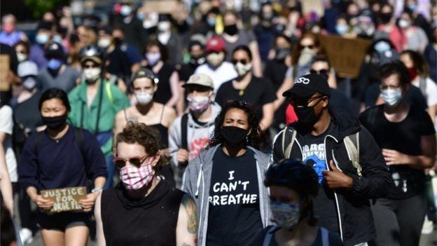 Norte-americanos saíram às ruas em meio à pandemia do novo coronavírus para protestar; imprensa de todo o mundo repercutiu o caso (Foto: Getty Images via BBC News)