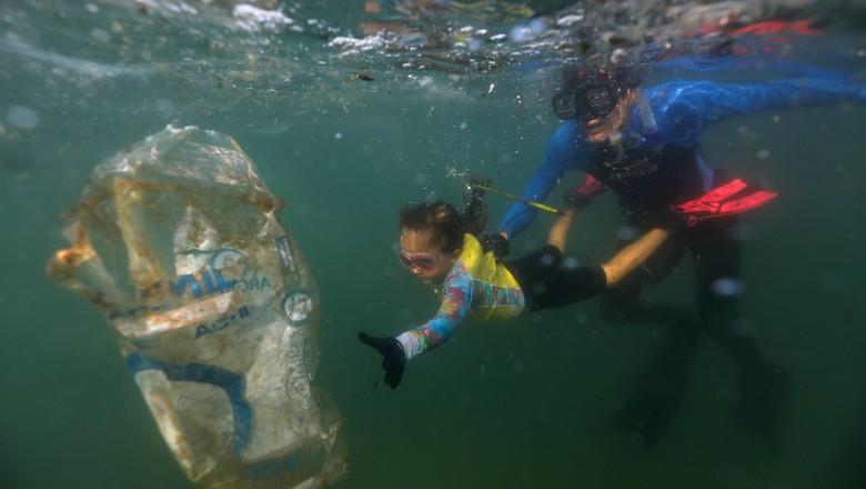 """Nina Gomes, a """"Agente Verde"""", coleta lixo do mar do Rio de Janeiro 09/07/2021 (Foto: REUTERS/Pilar Olivares)"""