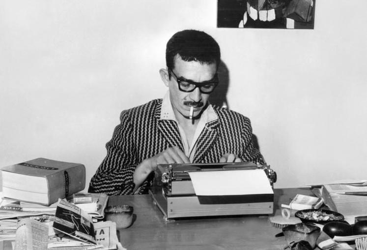 """O colombiano Gabriel García Márquez, autor do sucesso """"Cem Anos de Solidão"""", escreveu sua obra completa e suas reportagens em máquinas datilográficas. Na foto, ele escreve em uma Torpedo 18, em 1962 (Foto: Reprodução)"""