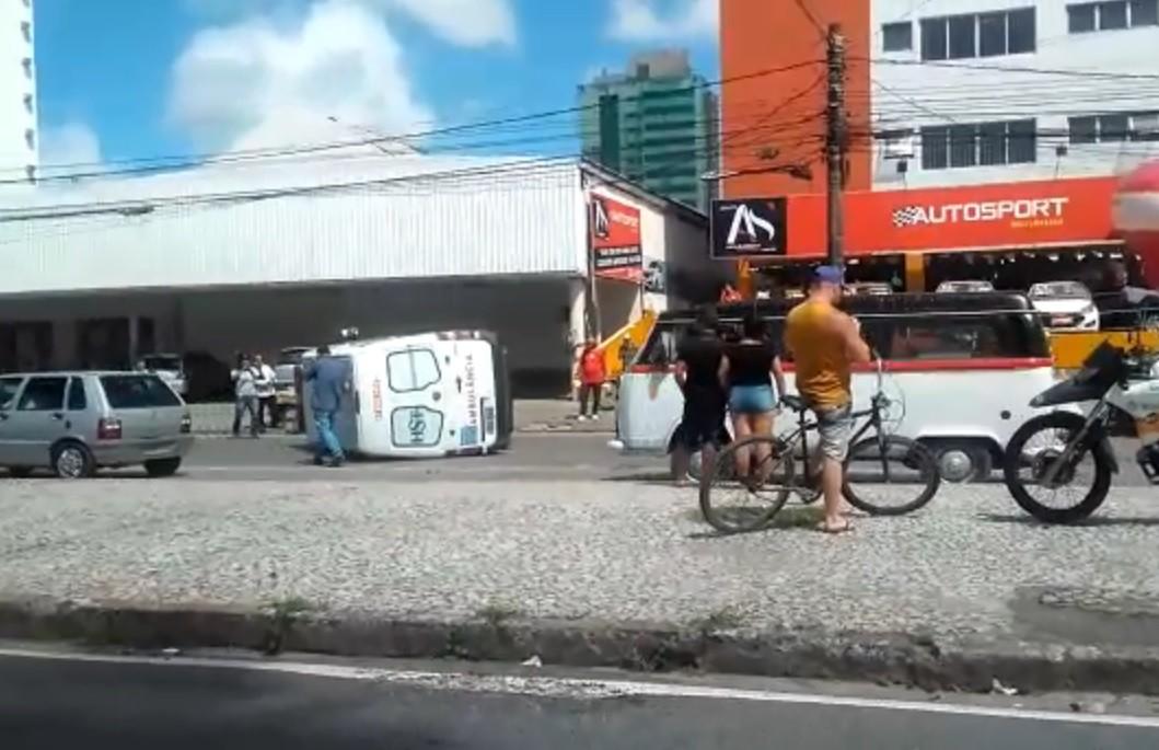 Ambulância tomba em avenida após colisão com carro no Recife