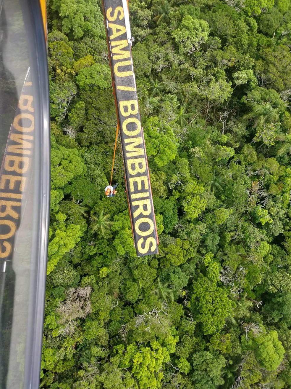 Foram utilizadas técnicas de rapel e içamento para retirada dos turistas da mata — Foto: Arcanjo/ Divulgação