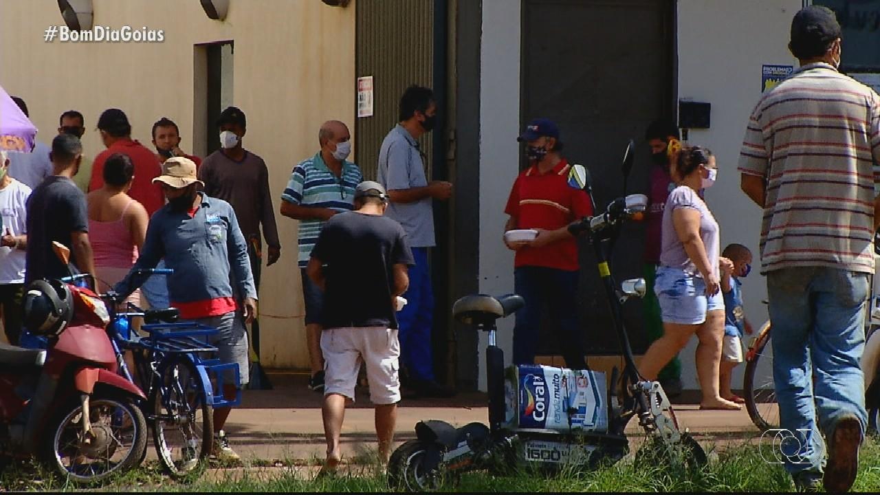 Moradores se aglomeram em fila de restaurante de Rio Verde
