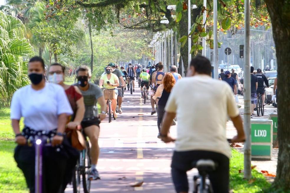 Ciclistas lotaram ciclovia de Santos, a maioria respeitando utilização da máscara de proteção — Foto: Vanessa Rodrigues/Jornal A Tribuna