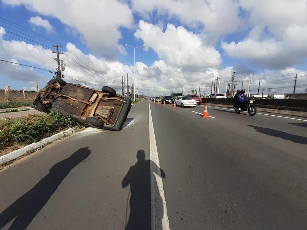 Carro capotado na BR-304, na Grande Natal. Caso aconteceu na madrugada desta segunda-feira (26) — Foto: Kleber Teixeira/Inter TV Cabugi