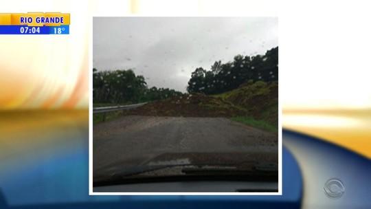 Deslizamento de terra bloqueia principal acesso a Porto Vera Cruz