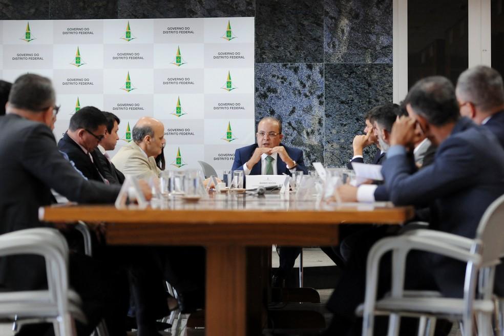 Governador do DF, Ibaneis Rocha, se reuniu com 8 dos 24 deputados distritais para pedir apoio ao pacote emergencial  — Foto: Renato Alves/GDF