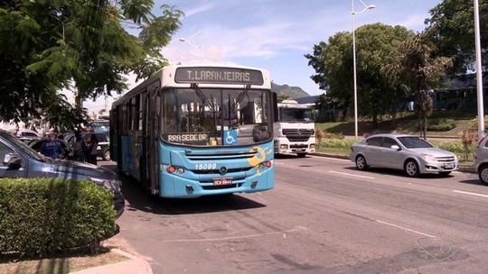 Dois homens assaltam passageiros de ônibus na BR-101, na Serra