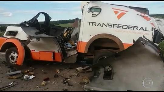 Criminosos explodem carro-forte, roubam dinheiro e armas na BR-040, em Cristalina