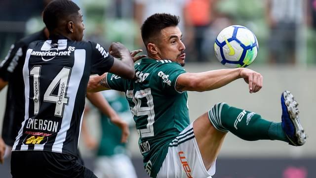 Emerson e Willian disputam bola no Independência, em Belo Horizonte