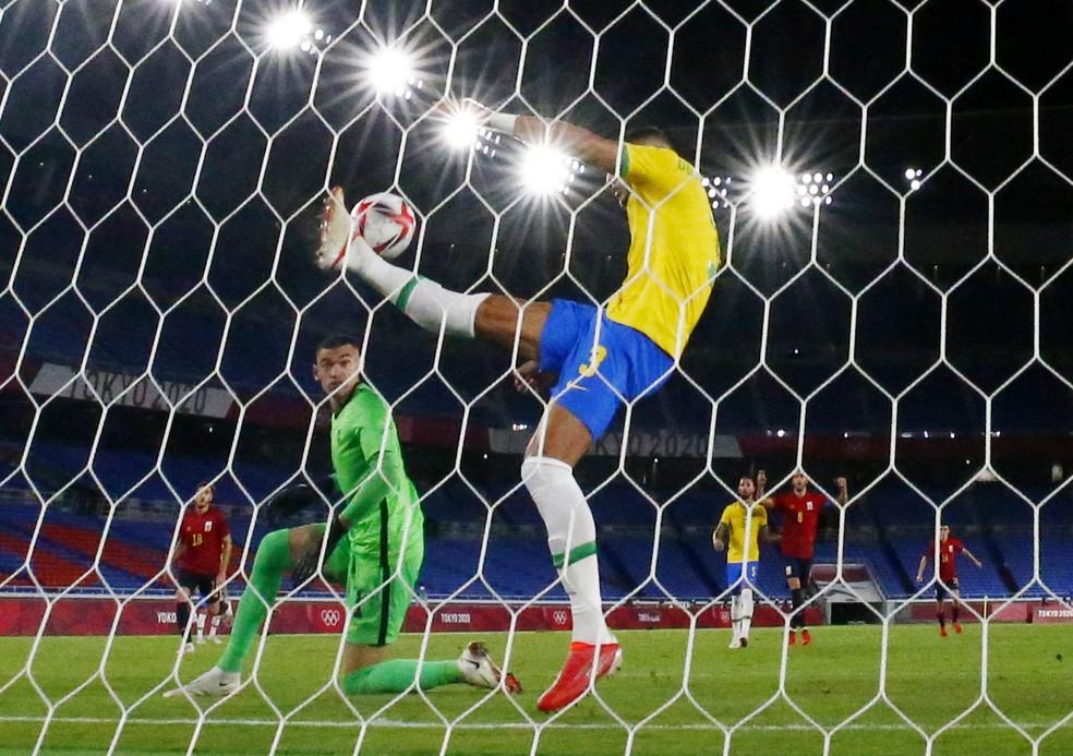 Diego Carlos tira bola quase em cima da linha Brasil x Espanha — Foto: Reuters