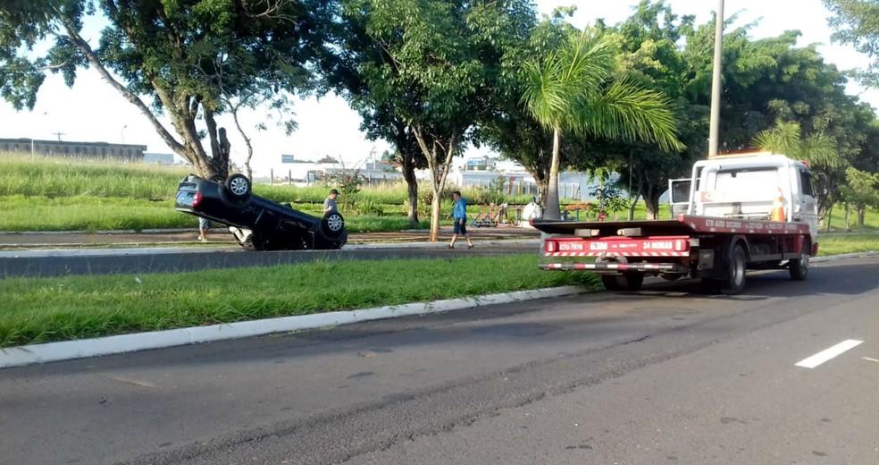 Carro ficou capotado na avenida em Marília — Foto: Rodrigo de Souza/Divulgação