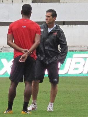 Jorginho bate longo papo com Cleber Santana, mas esconde o time titular