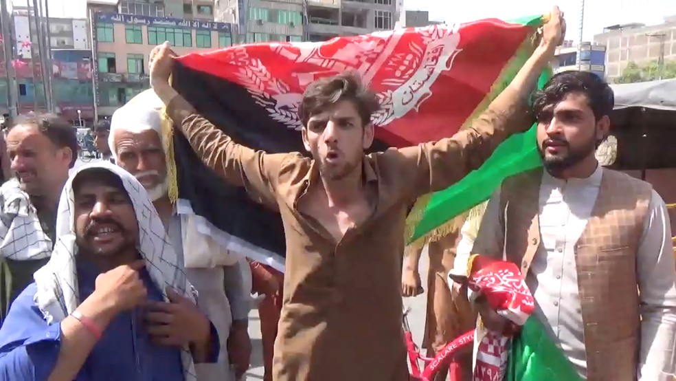 Manifestantes contrários ao Talibã com a bandeira do Afeganistão na cidade de Jalalabad, em 18 de agosto de 2021 — Foto: Pajhwok Afghan News/Via Reuters