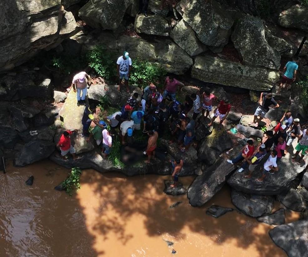 Corpo de travesti foi achado acorrentado em cachoeira de Missão Velha, no interior do Ceará — Foto: Arquivo pessoal