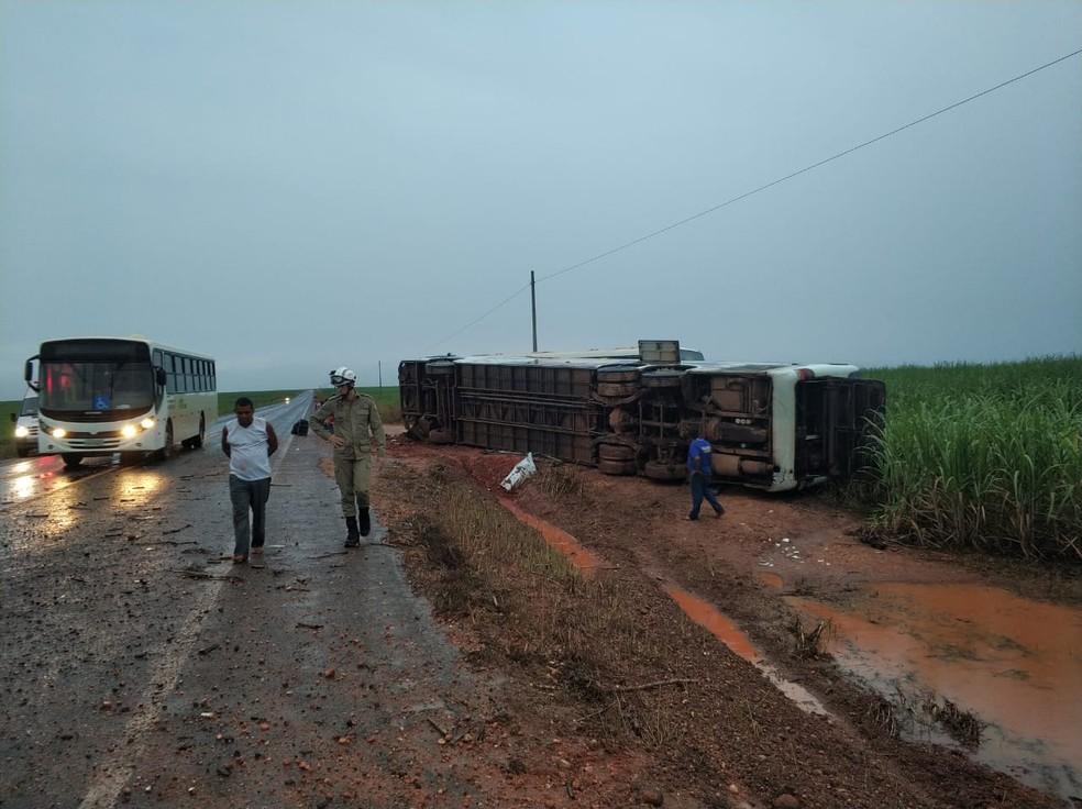 Trinta passageiros foram socorridos na madrugada desta terça-feira (10) após um acidente com um ônibus que tombou na MT-249, a 60 km do município de Nova Mutum — Foto: Corpo de Bombeiros de Mato Grosso/Nova Mutum