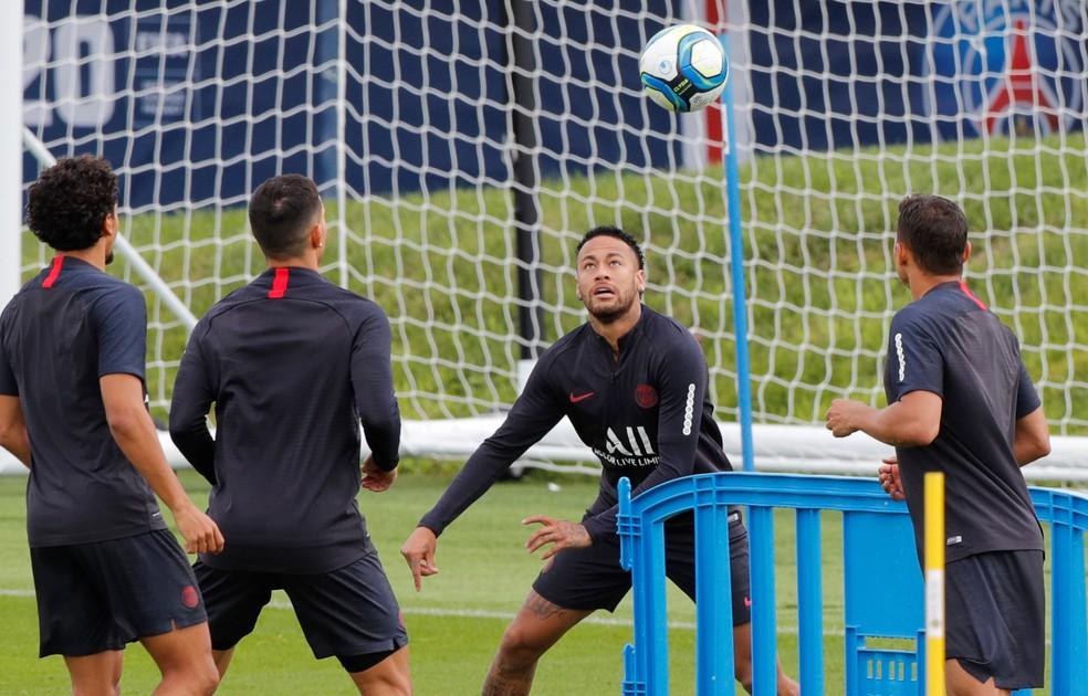 Neymar em meio aos jogadores do PSG no treino — Foto: REUTERS/Philippe Wojazer