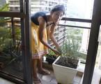 Bela Gil colhe os tempeos de que pecisa na horta que tem na varanda do apartamento | Marcelo Carnaval