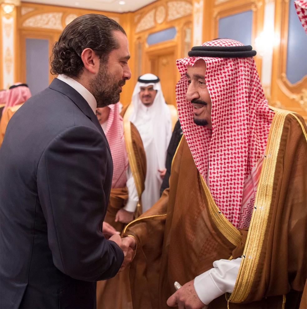 O primeiro-ministro libanês, Saad al-Hariri, aperta a mão do Rei Salman da Arábia Saudita em Riad, na Arábia Saudita, em 11 de novembro (Foto: Courtesy of Saudi Royal Court/Handout via Reuters)