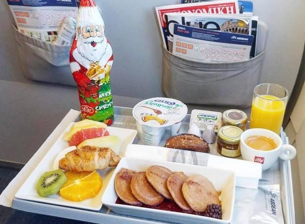 Perfil no Instagram deixa o público avaliar as comidas que são servidas dentro dos aviões (Foto: Instagram / inflightfeed)