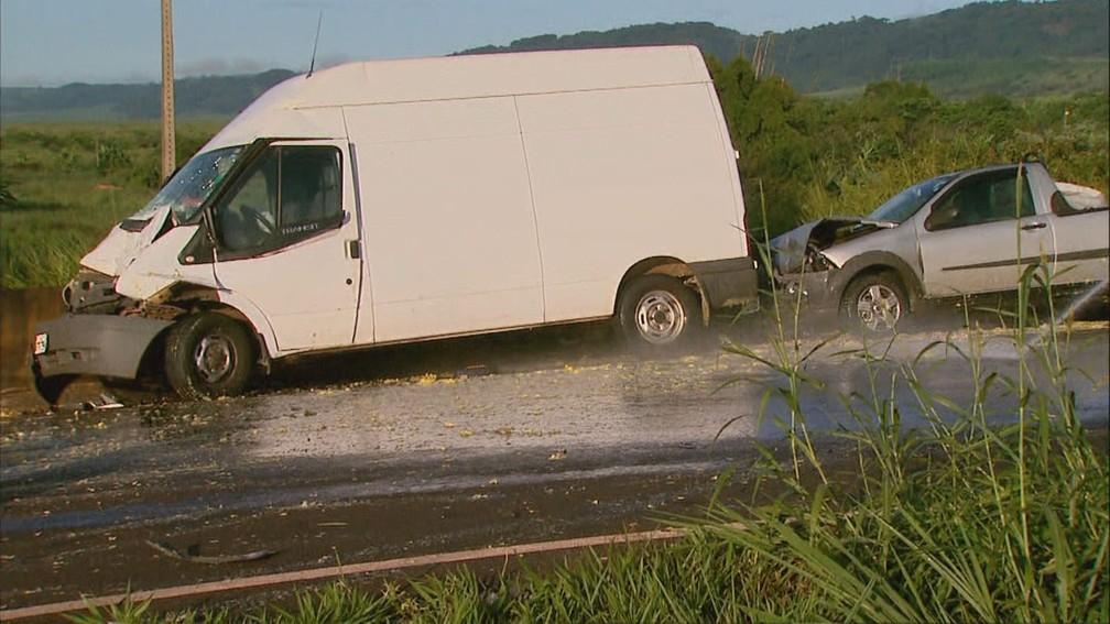 Van também se envolveu em acidente na Rodovia Abrão Assed em Serra Azul, SP — Foto: Ronaldo Gomes/EPTV
