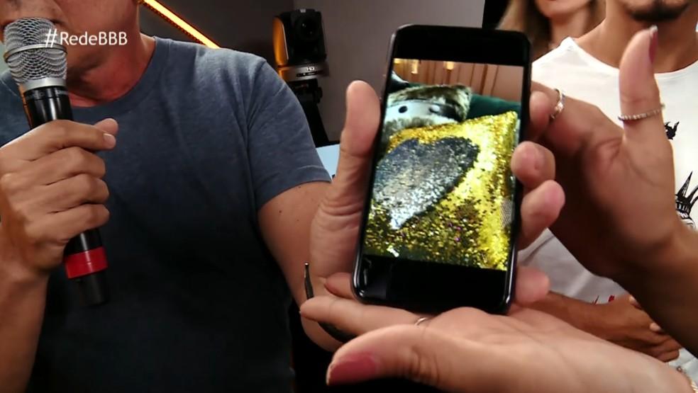 Na Mesa-Redonda do BBB, Boninho mostrou outra foto com um item de decoração do BBB19 — Foto: Gshow