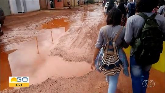 Alunos protegem os pés com sacolas para tentar chegar em escola sem se sujar, em Cristalina
