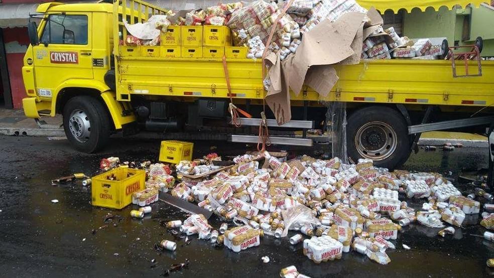 Parte da carga do caminhão foi parar no asfalto em São Carlos (SP) (Foto: Willian Reis/Arquivo Pessoal)