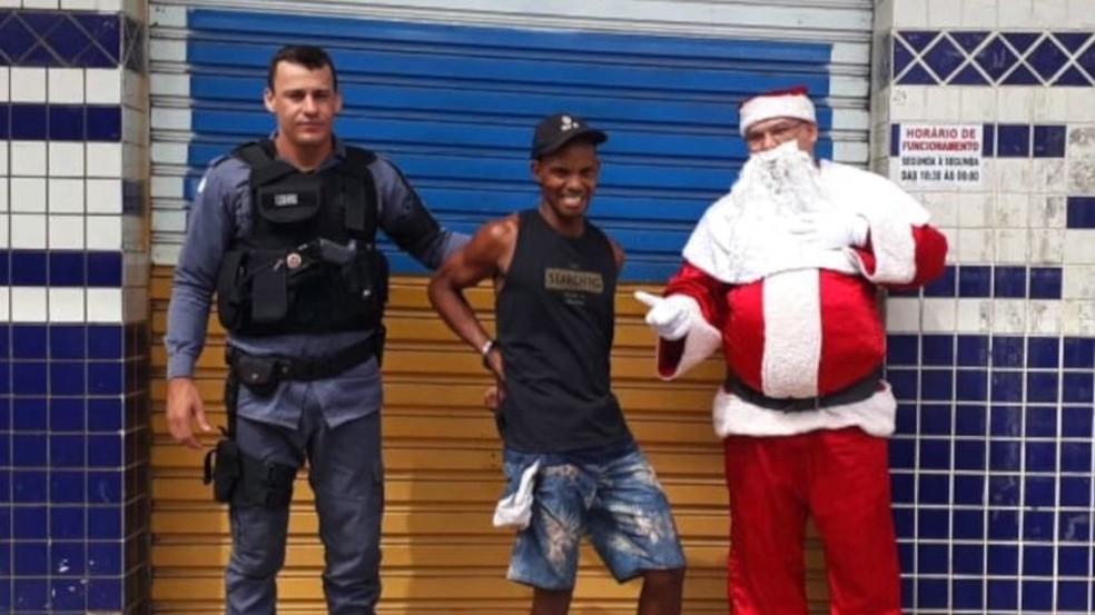 Suspeito foi preso e ainda sorriu para a foto da PM — Foto: Divulgação/PMES