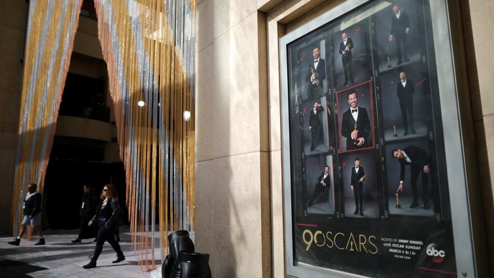 Pôster com apresentador Jimmy Kimmel é visto do lado de fora do Dolby Theatre, palco do Oscar 2018 em Los Angeles (EUA) (Foto: Lucy Nicholson/Reuters)